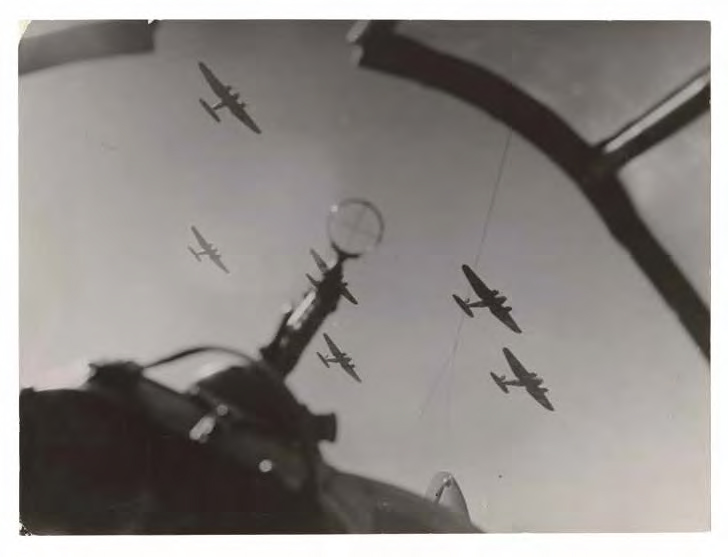 German bomber squadron approaching Paris, Willi Ruge 1940 © ullstein bild