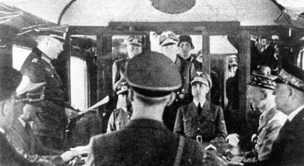 Exponat: Photo: Hitler im Salonwagen in Compiégne, 1940