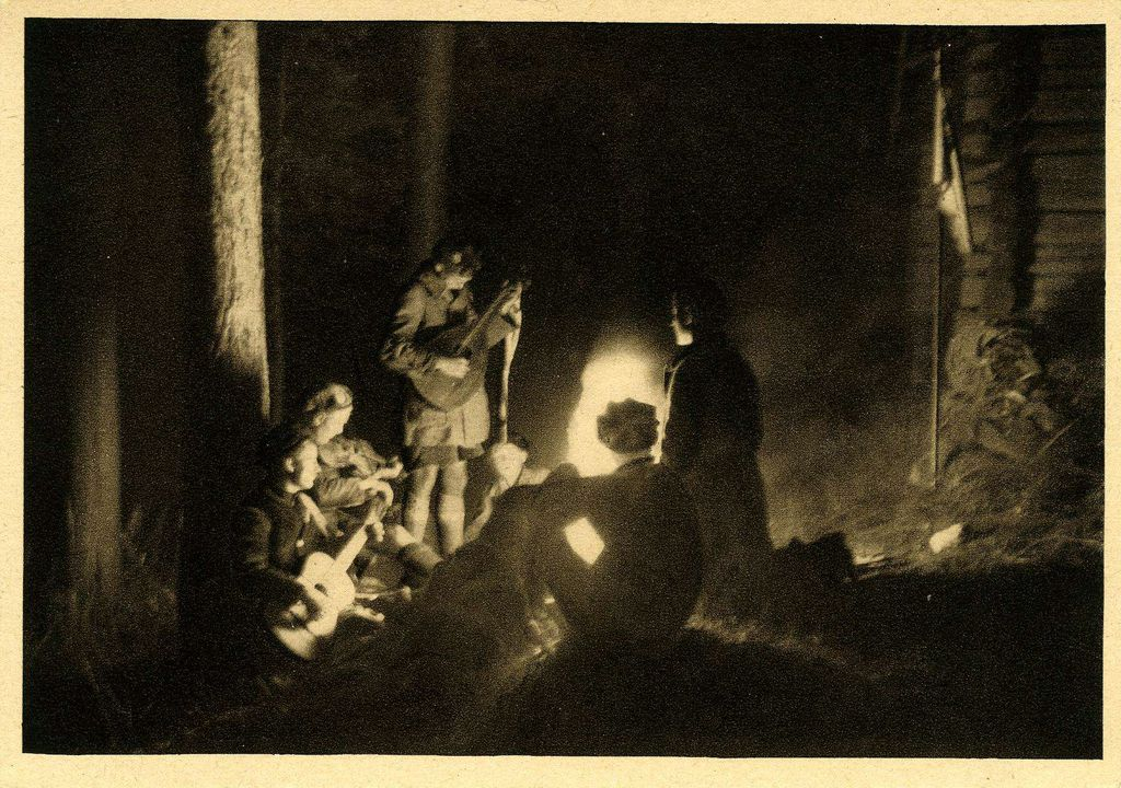 Exponat: Photo: Nerother Wandervögel am Lagerfeuer, um 1925